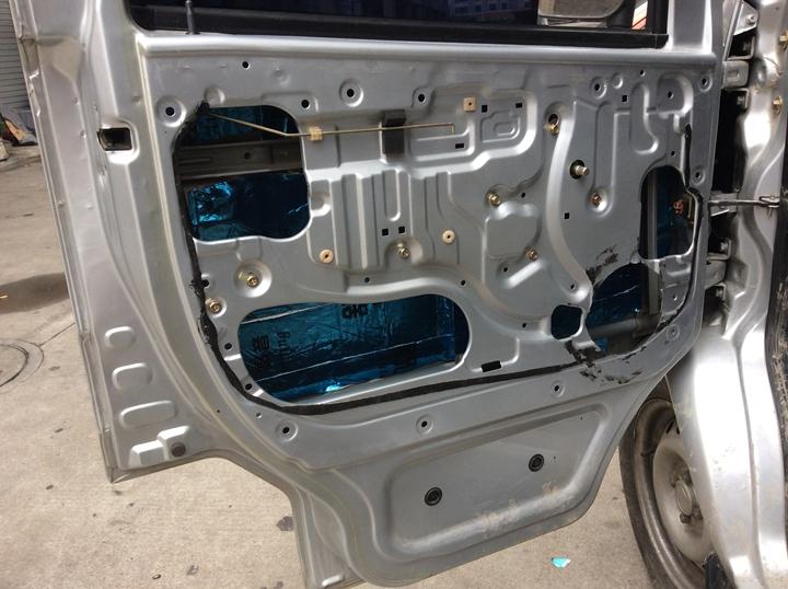 面包车改装音响,已经不是什么新鲜的事情。喜欢音乐,与车无关!只要自己喜欢,谁都可以改装。 车主一大早来到无锡泰源,根据之前商定的改装配置,进行音响改装升级。分享东风面包车音响升级喇叭作业过程:  东风面包车音响改装配置: 前门喇叭:锐客RK-265两分频喇叭 前门隔音:安博士舒宁汽车隔音材料 改装店家:无锡泰源专业汽车音响技术联盟 系统分析: 原车音响效果实在太差了,通过升级一套高性价比喇叭,提升音响效果,以满足车主的聆听需求(车主喜欢听人声音乐)。 安装难点:面包车的车门喇叭安装深度不足,需要在车门上喇